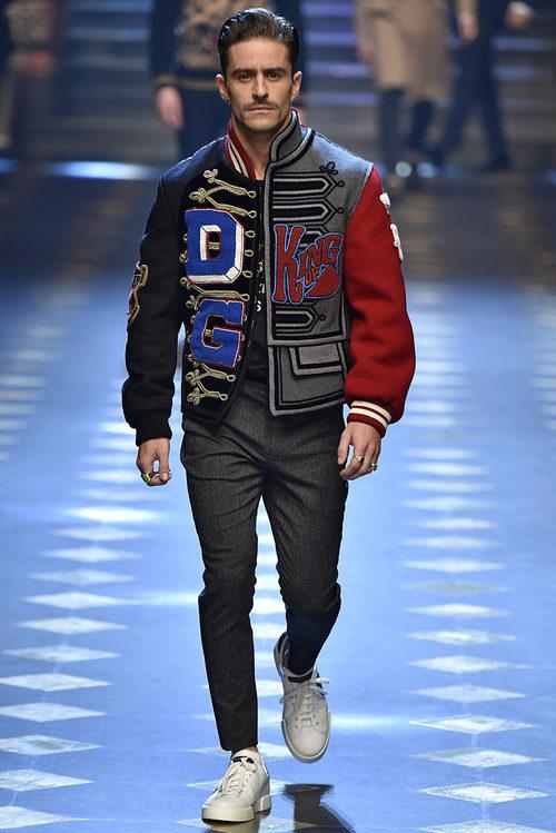 Pelayo Díaz con una bomber de Dolce & Gabbana otoño/invierno 2017/2018 en la Milán Fashion Week