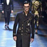 Abrigo de estilo militar de Dolce & Gabbana otoño/invierno 2017/2018 en la Milán Fashion Week