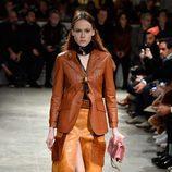 Traje de piel color marrón de Prada otoño/invierno 2017/2018 en la Milán Fashion Week
