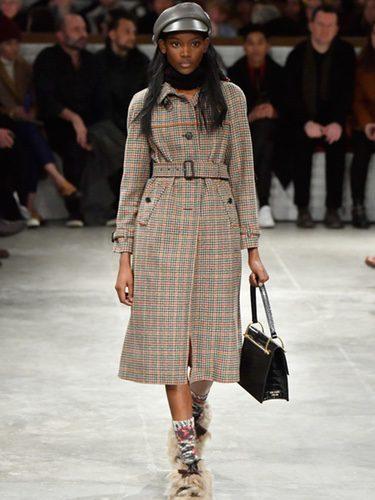 Gabardina estampada de Prada otoño/invierno 2017/2018 en la Milán Fashion Week