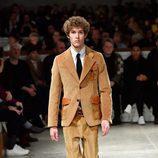 Traje de chaqueta camel de Prada otoño/invierno 2017/2018 en la Milán Fashion Week