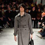 Abrigo de paño gris de Prada otoño/invierno 2017/2018 en la Milán Fashion Week