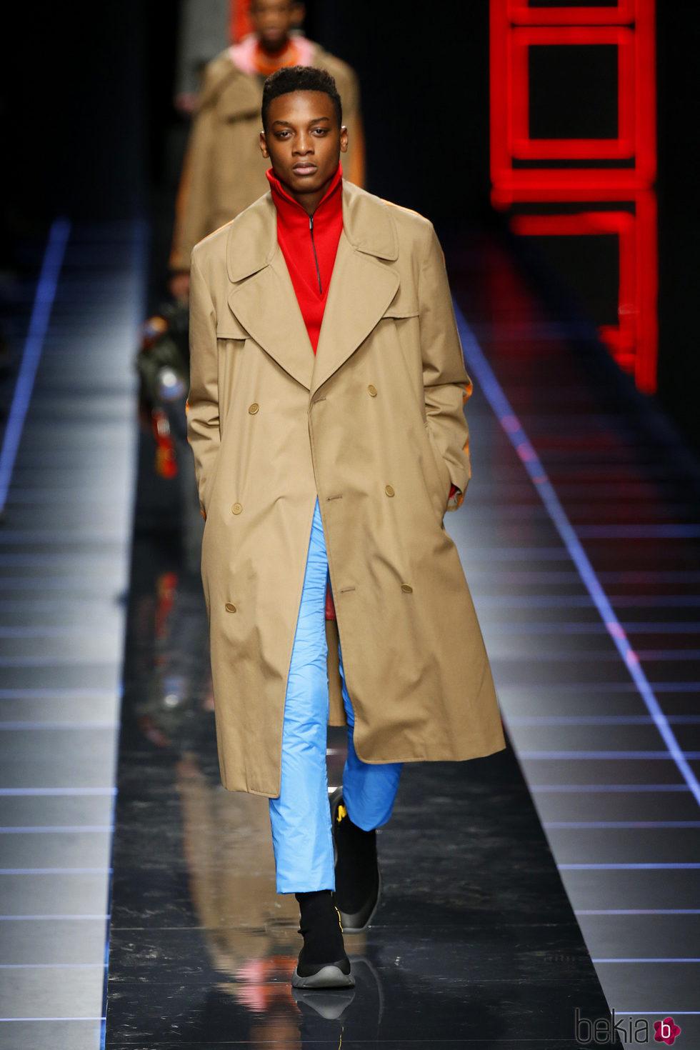 Anterior Gabardina camel de Fendi otoño invierno 2017 2018 en la Milán  Fashion Week 6e83be1e894f