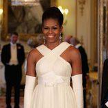 Michelle Obama con un vestido blanco en su visita a Reino Unido en 2011