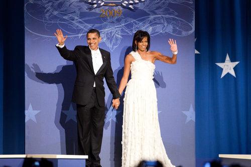 Michelle Obama con un vestido blanco asimétrico en el primer juramento de Barack Obama como presidente
