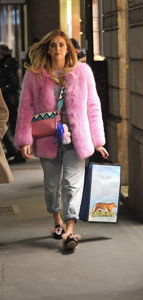 Chiara Ferragni con un abrigo de pelo en color rosa en las calles de Italia
