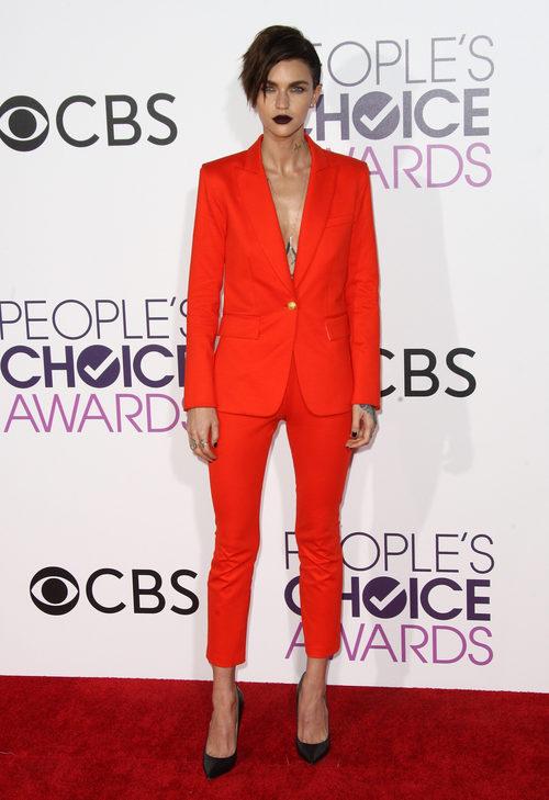Ruby Rose con un traje anaranjado en los People's Choice Awards 2017