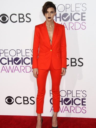 Ruby Rose con un traje anaranjado en los People's Choice Awards 2017