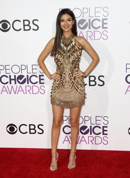 Victoria Justice con un vestido dorado en los People's Choice Awards 2017