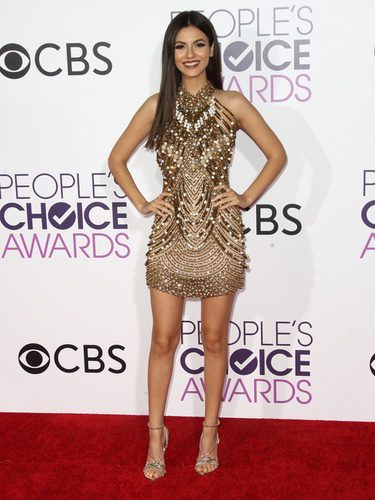 Victoria Justice con un vestido dorado en los People's Choice Awards 2017