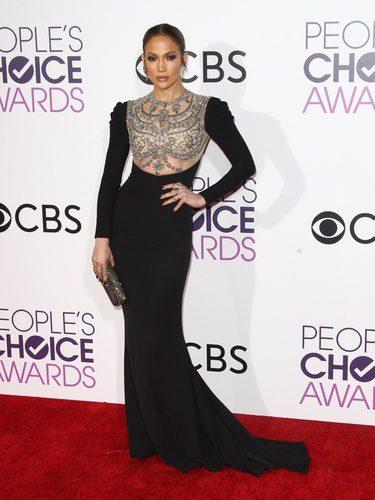 Jennifer Lopez con un vestido negro en los People's Choice Awards 2017