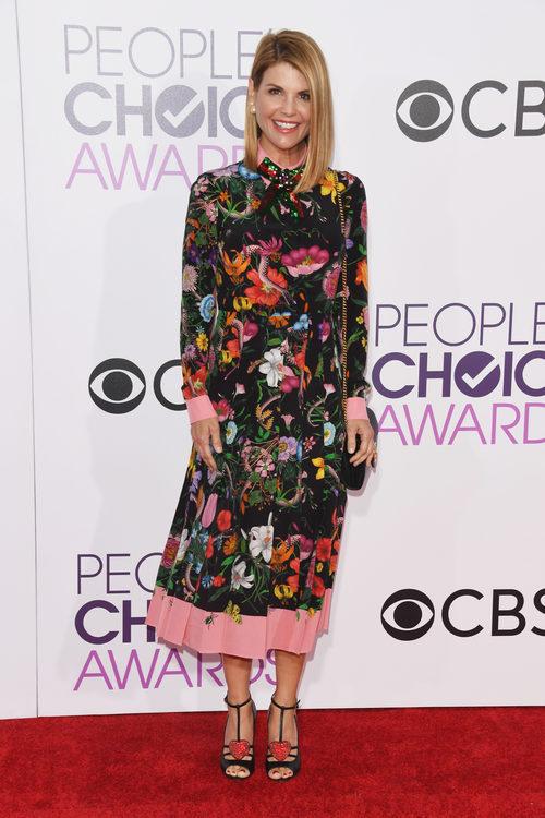 Lori Loughlin con un diseño vintage en los People's Choice Awards 2017