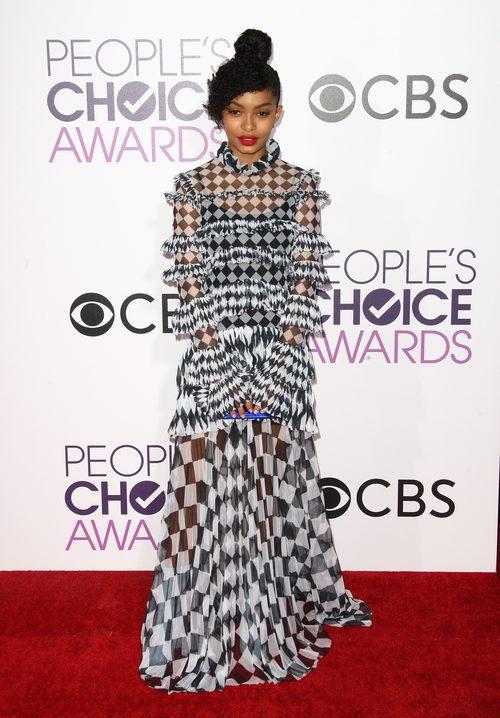 Yara Shahidi con un vestido bicolor en los People's Choice Awards 2017