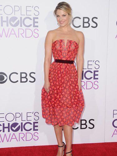 Ali Larter con un vestido rojizo en los People's Choice Awards 2017