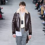 Chaqueta estilo aviador de Louis Vuitton y Supreme otoño/invierno 2017/2018 en la París Fashion Week