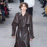 Gabardina de piel de Louis Vuitton y Supreme otoño/invierno 2017/2018 en la París Fashion Week