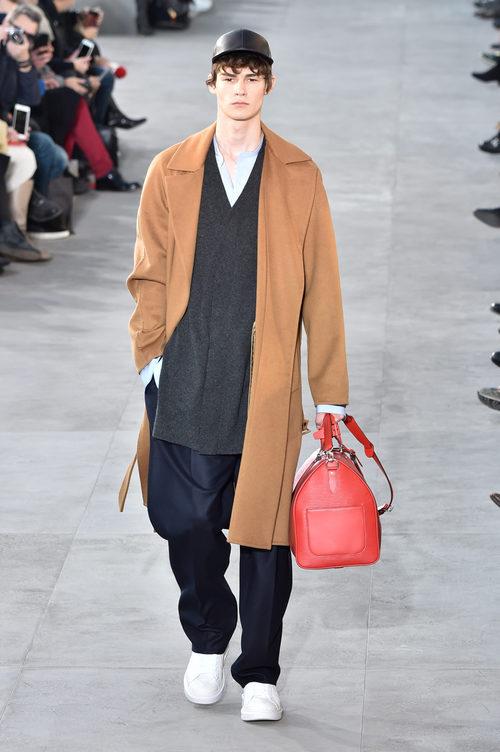 Abrigo de paño de Louis Vuitton y Supreme otoño/invierno 2017/2018 en la París Fashion Week