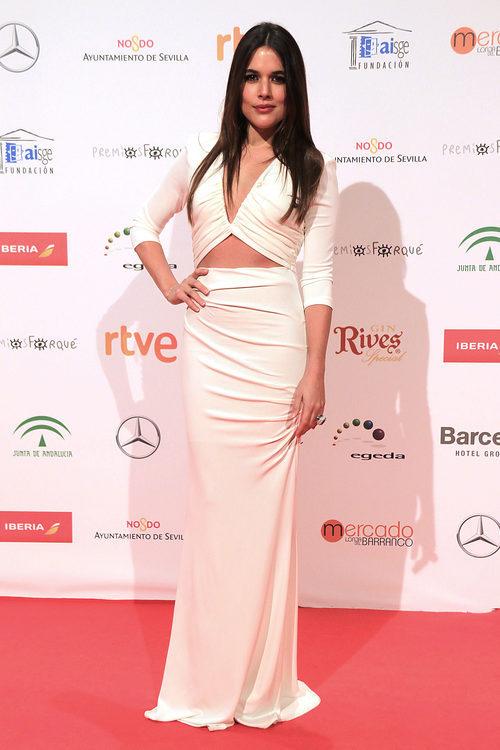 Adriana Ugarte con un vestido blanco en los Premios Forqué 2017