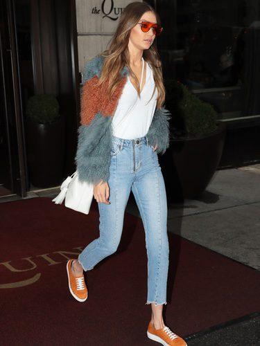 Gigi Hadid con un abrigo bicolor en las calles de Nueva York