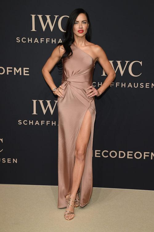 Adriana Lima con un vestido color champán en una cena benéfica en Ginebra