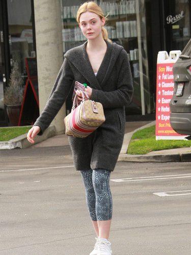 Elle Fanning con un look sport en las calles de California