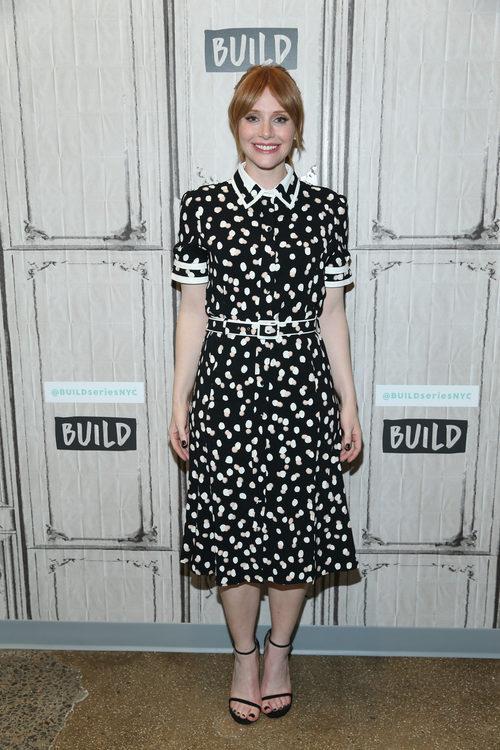 Bryce Dallas Howard con un vestido estampado en un programa de televisión neoyorquino