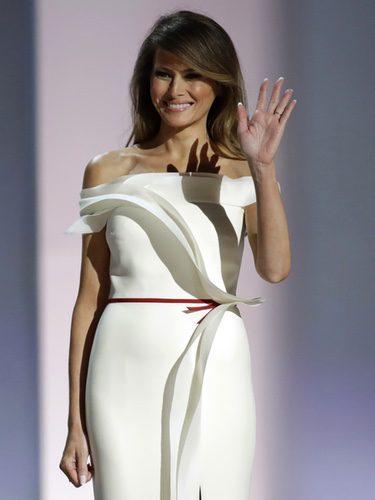 Melania Trump con un vestido color crema en el baile inaugural