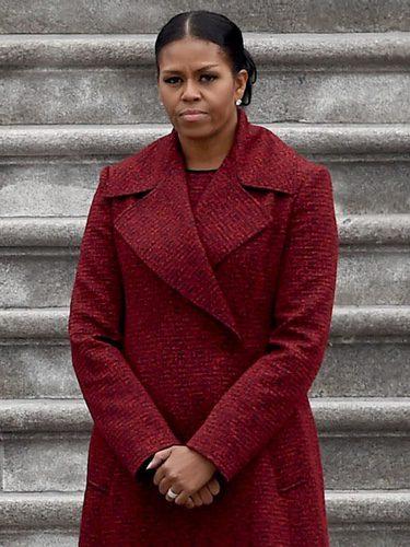 Michelle Obama con un vestido y abrigo en color rojo en la toma de posesión de Trump