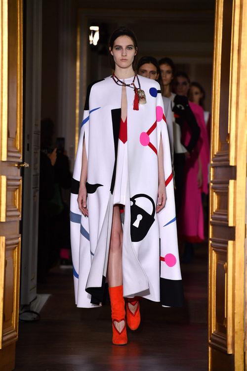Capa de estampado multicolor de la colección de Schiaparelli en la Semana de la Alta Costura de París primavera/verano 2017