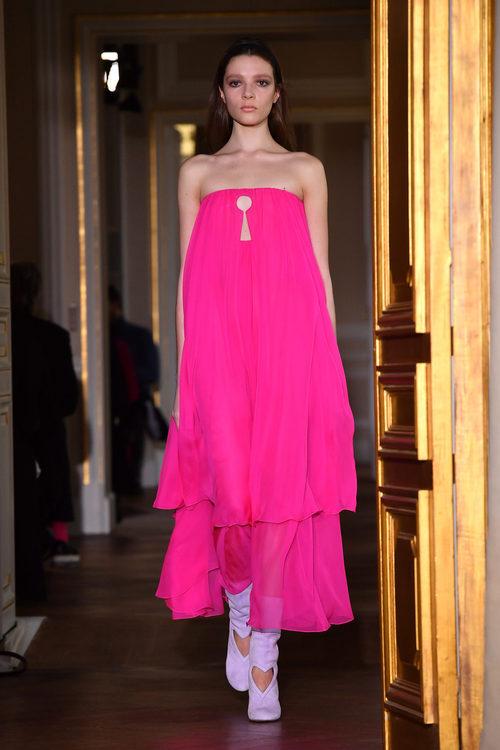 Vestido fucsia de Schiaparelli en la Semana de la Alta Costura de París primavera/verano 2017