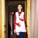 Vestido con manos de Schiaparelli en la Semana de la Alta Costura de París primavera/verano 2017