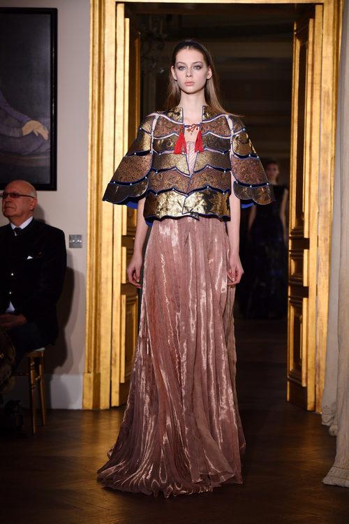 Vestido de terciopelo de Schiaparelli en la Semana de la Alta Costura de París primavera/verano 2017