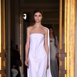 Vestido blanco de Schiaparelli en la Semana de la Alta Costura de París primavera/verano 2017