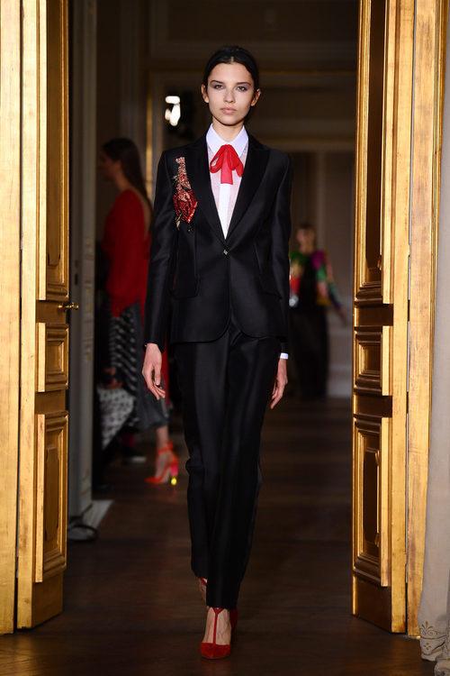 Traje negro de Schiaparelli en la Semana de la Alta Costura de París primavera/verano 2017