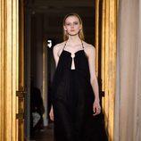 Vestido negro anudado al cuello de Schiaparelli en la Semana de la Alta Costura de París primavera/verano 2017
