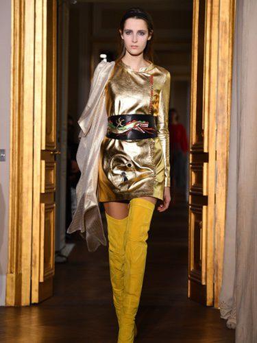 Vestido dorado de Schiaparelli en la Semana de la Alta Costura de París primavera/verano 2017