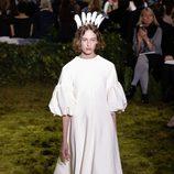 Vestido con mangas bombachas y una tiara de plumas  de Dior en la Semana de la Alta Costura de París primavera/verano 2017
