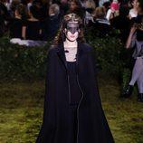 Vestido negro y capa negra en terciopelo de Dior en la Semana de la Alta Costura de París primavera/verano 2017