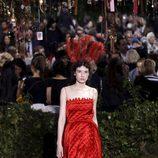 Vestido rojo de escote recto y  tirantes finos de Dior en la Semana de la Alta Costura de París primavera/verano 2017.