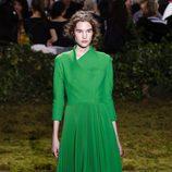 Vestido verde con falda plisada de Dior en la Semana de la Alta Costura de París primavera/verano 2017