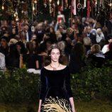 Vestido en terciopelo y estampado en falda de Dior en la Semana de la Alta Costura de París primavera/verano 2017