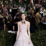 Vestido largo con falda de tul de Dior en la Semana de la Alta Costura de París primavera/verano 2017