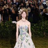 Vestido de palabra de honor con print floral de Dior en la Semana de la Alta Costura de París primavera/verano 2017.