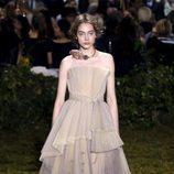 Vestido plisado con lazada en la cintura de Dior en la Semana de la Alta Costura de París primavera/verano 2017