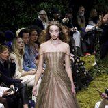 Vestido en dorado y detalles brillantes de Dior en la Semana de la Alta Costura de París primavera/verano 2017