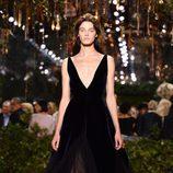 Vestido de terciopelo largo con escote en V de Dior en la Semana de la Alta Costura de París primavera/verano 2017