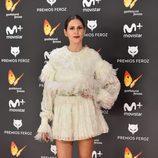 Bárbara Santa-Cruz con un vestido de plumas en los Premios Feroz 2017