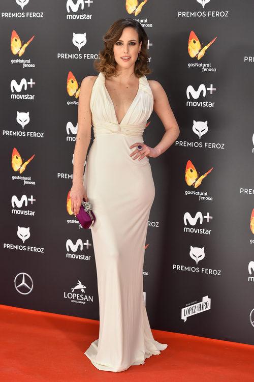 Natalia de Molina con un vestido blanco puro en los Premios Feroz 2017