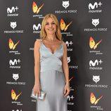 Cayetana Guillén Cuervo con un vestido gris perla en los Premios Feroz 2017