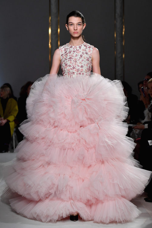 Vestido voluminoso de Giambattista Valli primavera/verano 2017 en la Semana de la Alta Costura de París